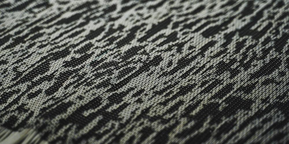 動的に色が変化し続ける織物「Drifting Colors」:機能性と美を両立するテキスタイルへの挑戦