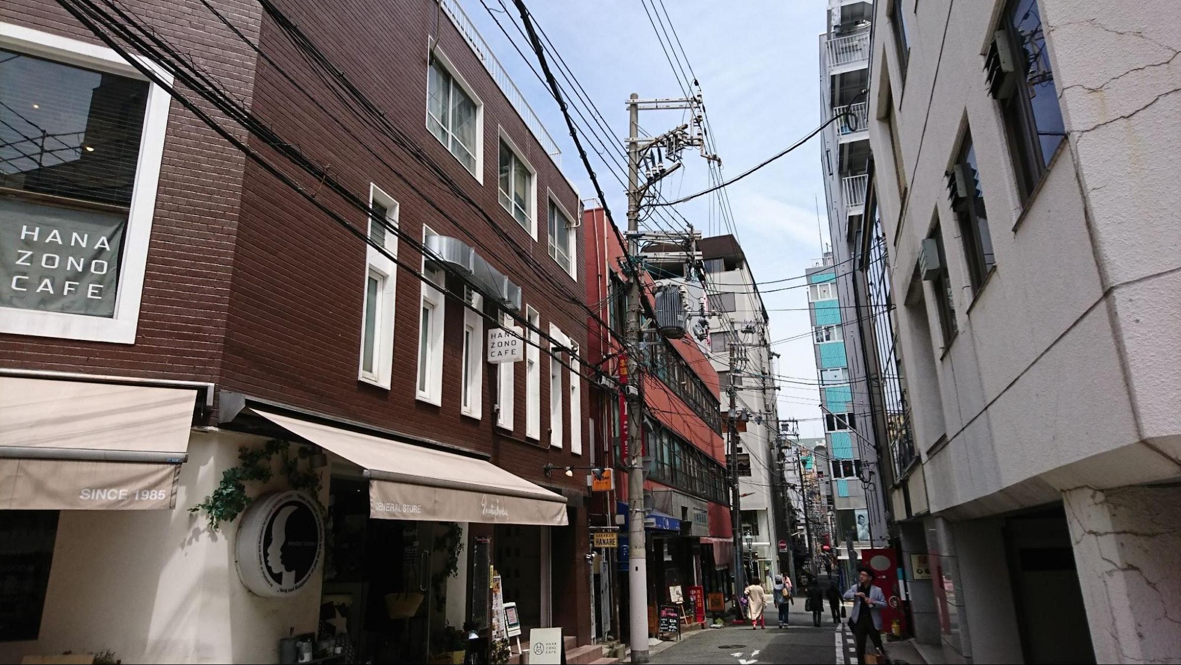 画像: 神戸「トアウエスト」(JR元町駅・北側のファッションストリート。2021.3筆者撮影)