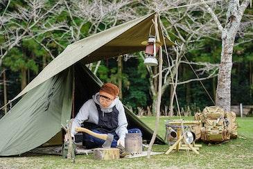 スマート&シンプル、なのに野性的!少年心をくすぐるソロキャンプスタイルに注目のマツタクさん編【キニナル!ソロキャンプ飯 #4】