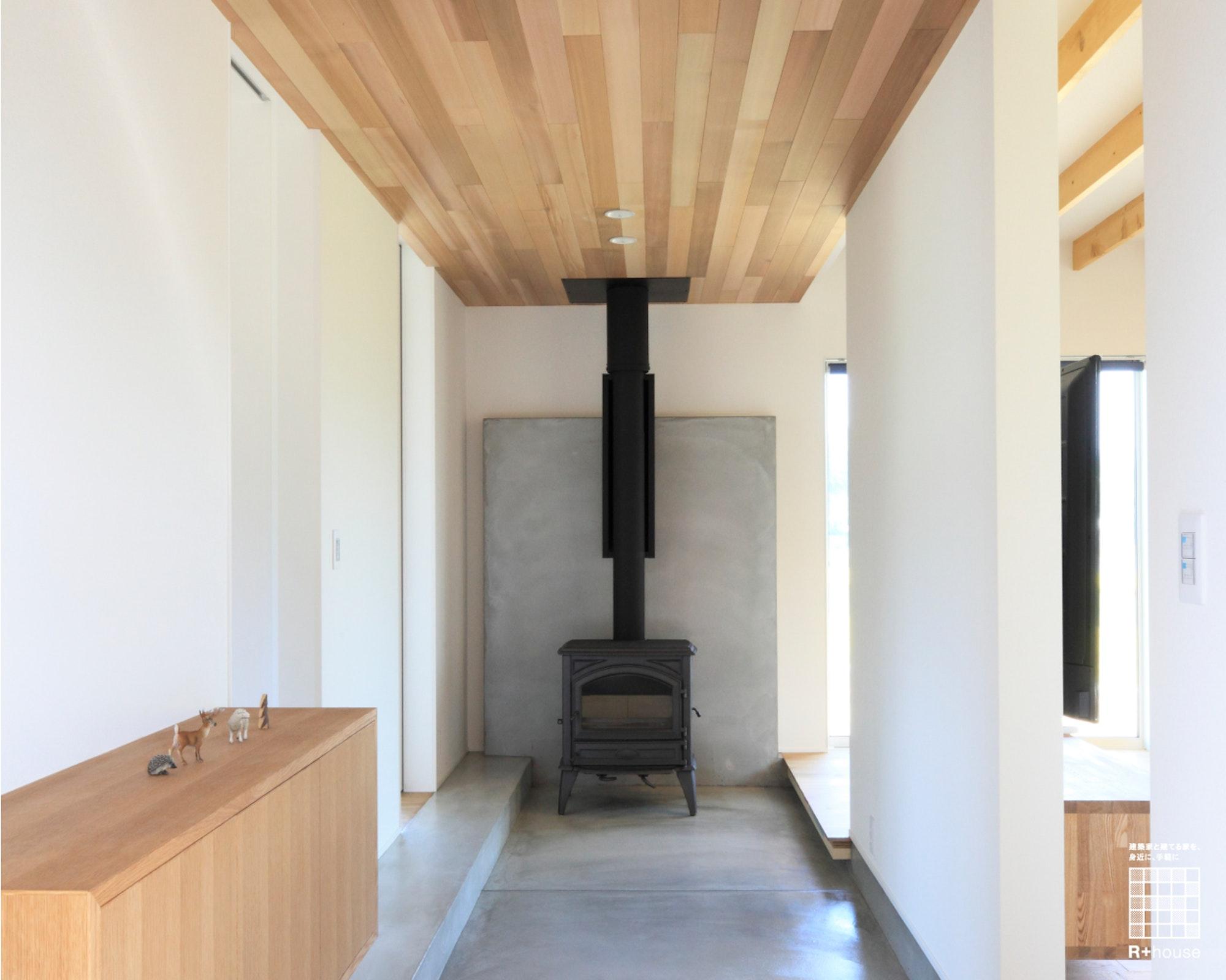 薪ストーブのある四角い家