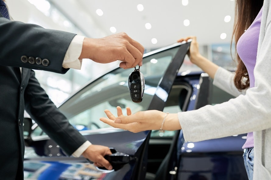 車を買うVS借りる、どちらが安い?