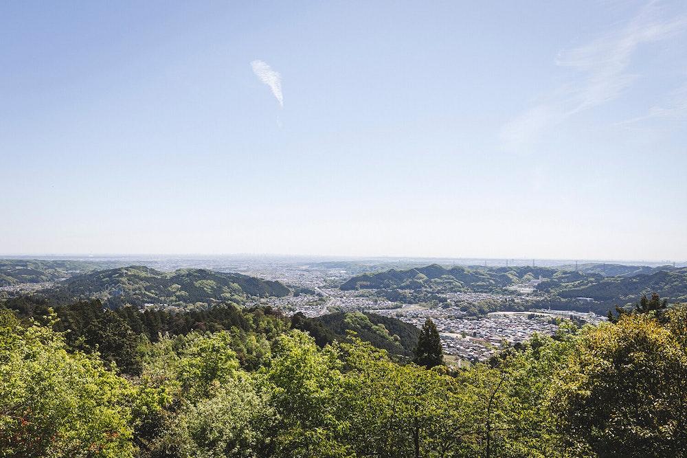ちょっと巨石に会いたくて。芽吹きの東京低山でソロハイクを楽しむ